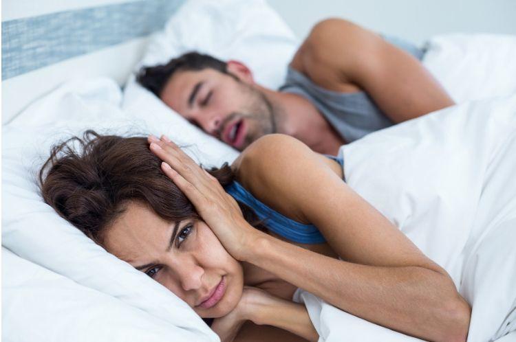 Chrápanie trápi mužov i ženy