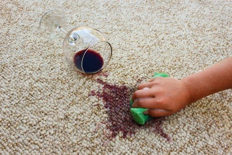 Ako vyčistiť víno z koberca