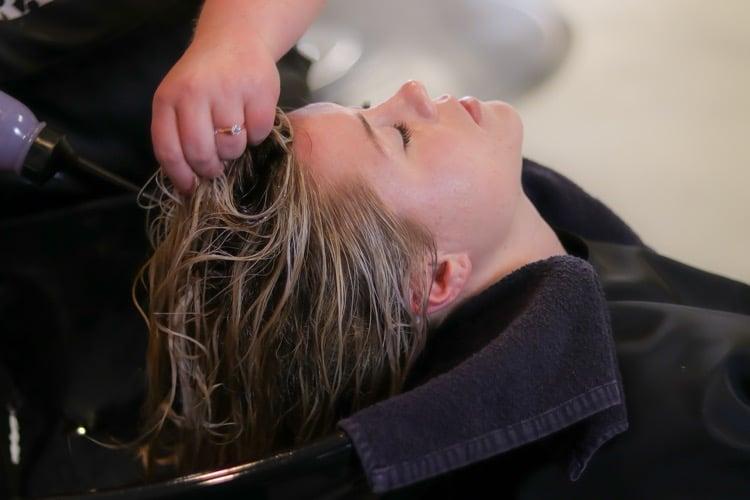 správne umývanie vlasov